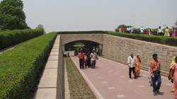 Pilgrims_to_gandhis_memorial_2